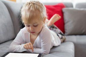 دراسة جديدة عن أثر الكمبيوتر اللوحي على علاقة الوالدين بتفاعل أطفالهم