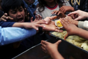ولي عهد الكويت يشرف على مبادرة إطعام مليار شخص جائع جول العالم في سبيل حل الأزمة الإنسانية