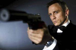 مجموعة من اللصوص تنفذ جريمة سرقة لخمس مسدسات تفوق قيمتها 120 دولار في لندن ، وما علاقة عميل المخابرات البريطانية جيمس بوند بالجريمة ؟!