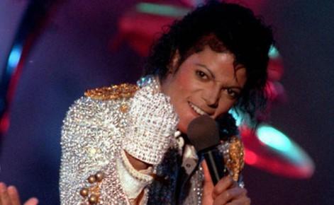 عرض قفاز المغني الراحل مايكل جاكسون للبيع في مزاد علني ليتم بيعه بمبلغ 171 ألف دولار ، ولمن تم التبرع فيه ؟!