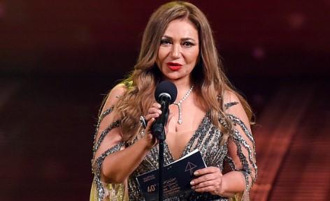 الممثلة المصرية ليلى علوي بفستان أبيض هل تزوجت من جديد ؟!